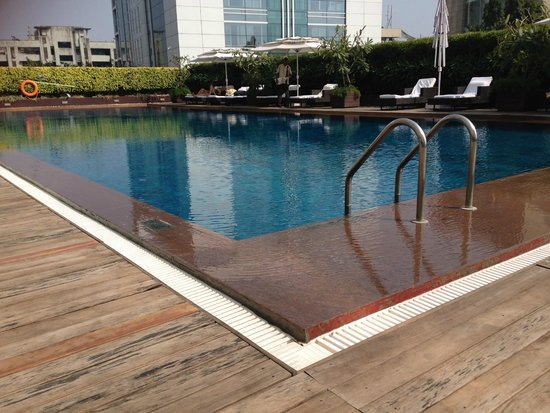 Courtyard by Marriott Mumbai International Airport: Big pool with good beds