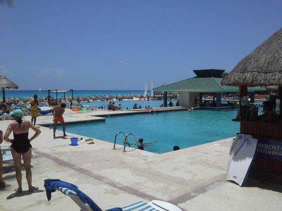 Iberostar Cancun: Hermosa pileta con borde infinito hacia la playa