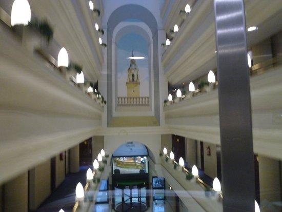 Silken Hotel Ciudad de Vitoria : la hall dall'ascensore