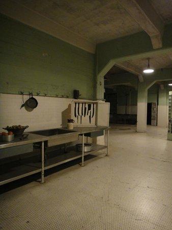 Alcatraz: Cozinha. Detalhe para o armário de facas (marcadas)