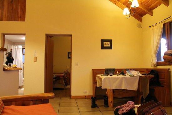 Chesa Engadina: Sala e porta do quarto