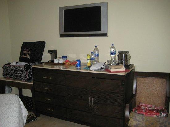 Moon Palace Cancun: Dresser/bar