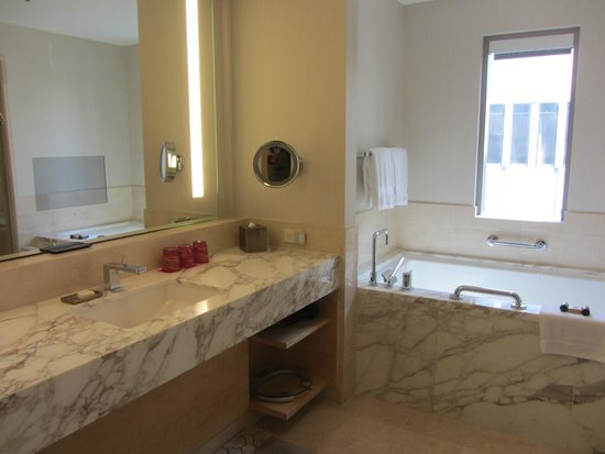 Four Seasons Hotel Seattle: Large bathroom and walk in shower
