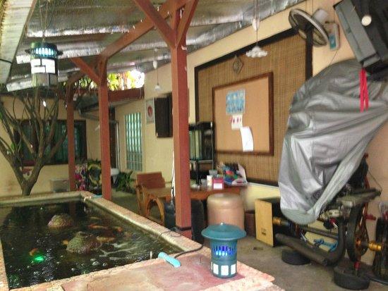 Cool Guesthouse: espace commun / cour interne qui sert de débarras apriori