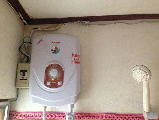 Cool Guesthouse: cables électriques dans la douche (attention danger)