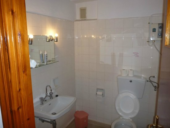 Hotel Patriarcheas: Large clean bathroom