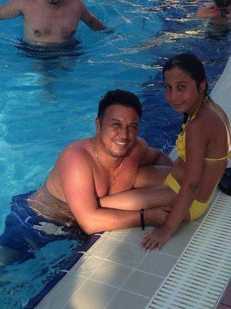 Limak Atlantis Deluxe Hotel & Resort : Kızımla Havuz Kenarında