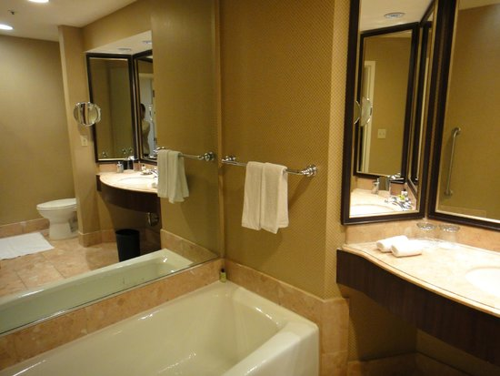InterContinental Los Angeles Century City: Banheiro amplo com box e banheira.