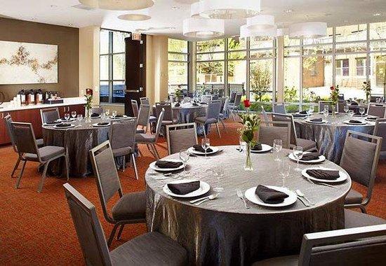 Courtyard Cleveland University Circle : Meeting Room - Rounds Setup