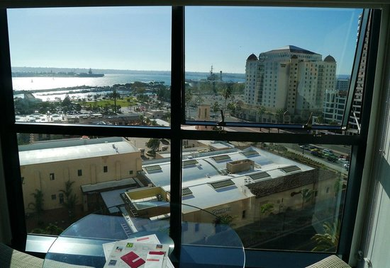 Manchester Grand Hyatt San Diego: The view from our window (we did not pay for seaview...)