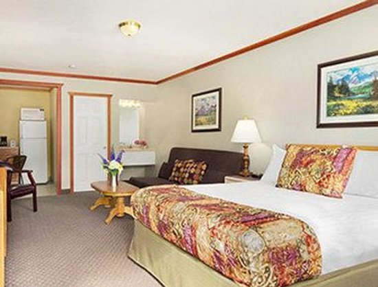 Travelodge Golden Sportsman Lodge: Family Suite