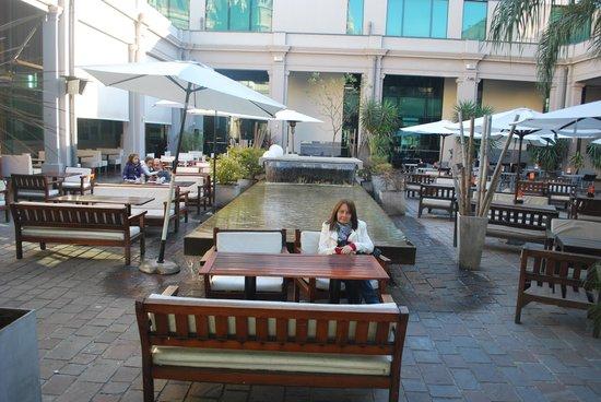 El Paseo Buen Pastor: Patio Com Diversos Restaurantes.