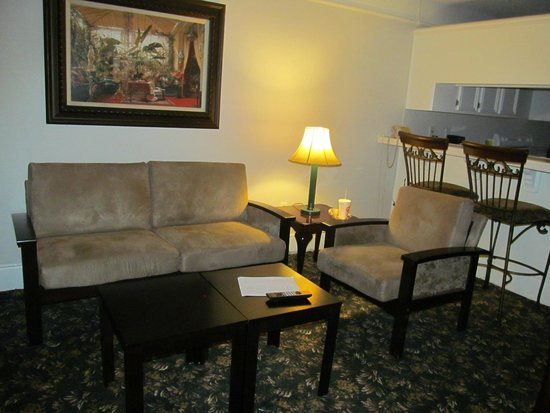 La Quinta Inn & Suites Brownsville North: Living room in manager suite 323
