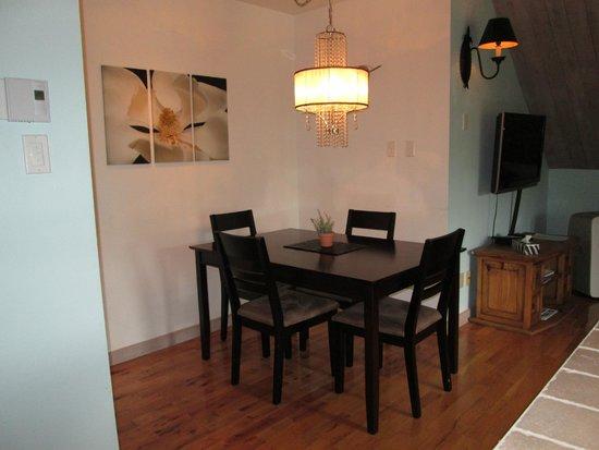 The Refuge - Comfort & Suites: Salle à manger de la Suite Romance