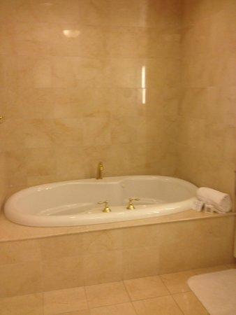 JW Marriott Las Vegas Resort & Spa: Master Bath- whirl pool tub; also a walk in shower with rainfall shower head