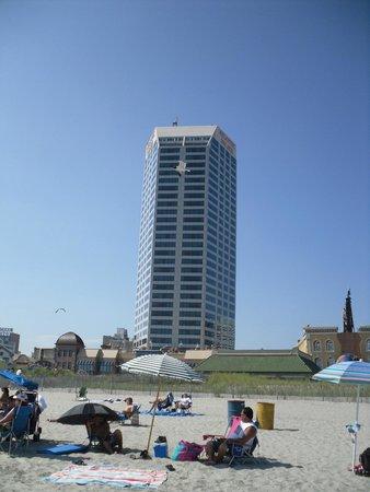 Atlantic Palace Suites : vue de l'hôtel de la plage