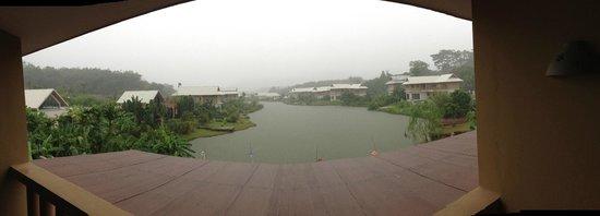 Casa Sakoo Resort: jour de pluie vue de la chambre au dessus de la réception