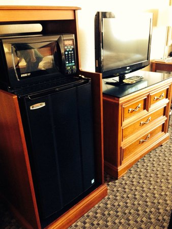 Comfort Inn & Suites Pittsburgh Allegheny Valley: MicroFridge and TV