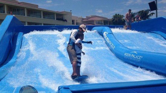 Moon Palace Cancun: En el Flow Rider, el instructor enseñando a mis hijos
