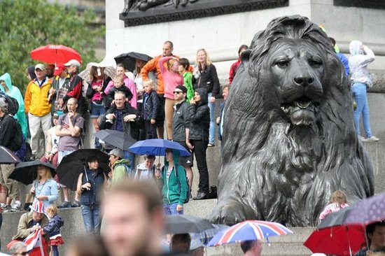 Trafalgar Square : Encontre o leão na multidão.