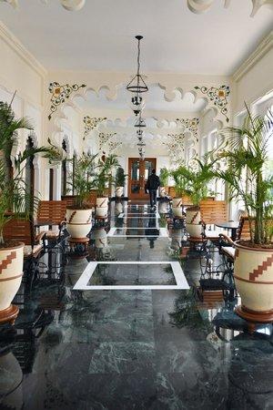Trident Udaipur: Hallway leading to restaurant
