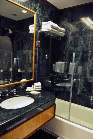 Trident Udaipur: Bathroom