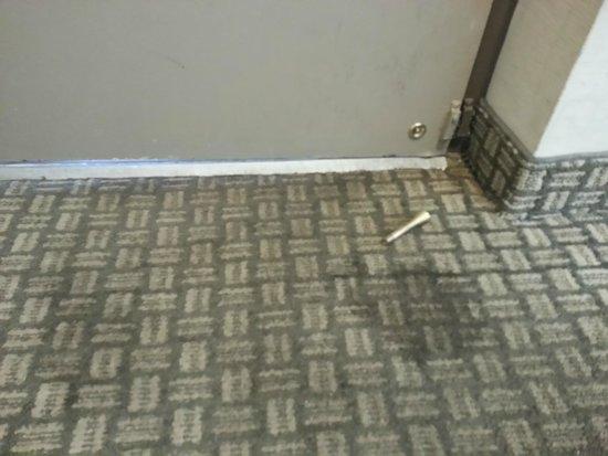 Days Inn - Niagara Falls Lundys Lane: Broken door stop and urine stains