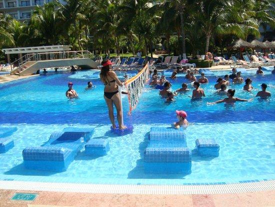 Hotel Riu Caribe : Animação na piscina