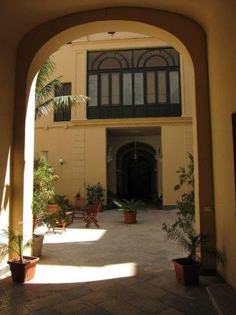 Residence Palazzo Serraino: Courtyard