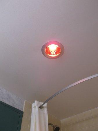 Super 8 Richmond: Heating light room 207
