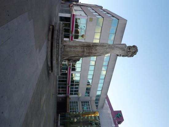 NH Pamplona Iruña Park: statua tramontano