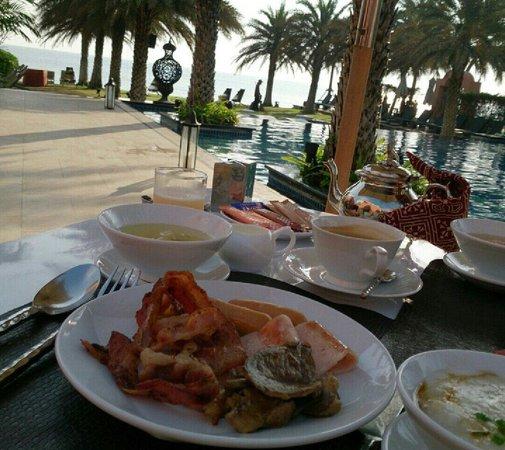 Marrakesh Hua Hin Resort & Spa: プールサイドでの朝食