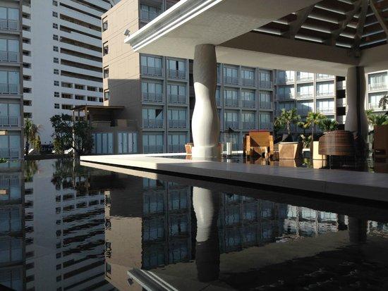 Grand Mercure Phuket Patong: espace salon dans le hall de l'hotel