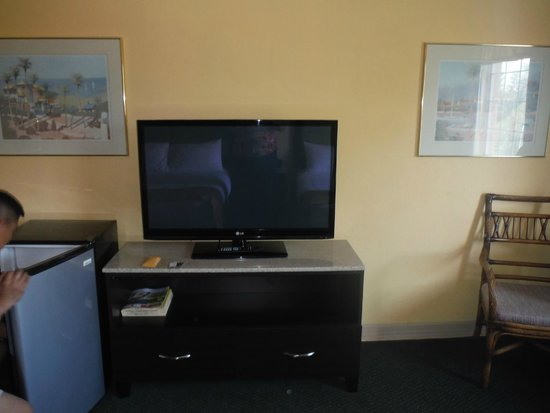 Pacific Inn Resort and Conference Centre : TV with many channels