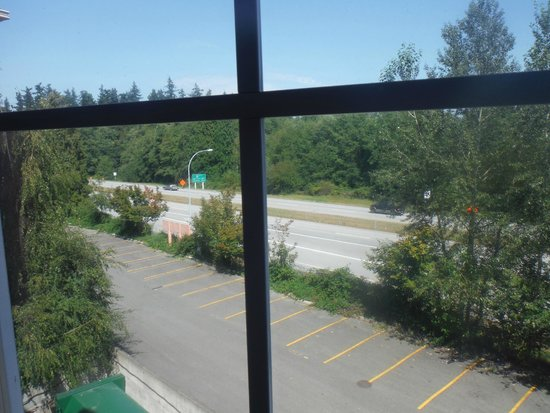 Pacific Inn Resort and Conference Centre : Highway view