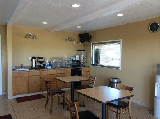 Americas Best Value Inn-Schulenburg: Breakfast Area