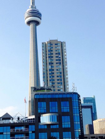 Radisson Admiral Toronto Harbourfront : Looking at hotel...CN tower within walking distance!