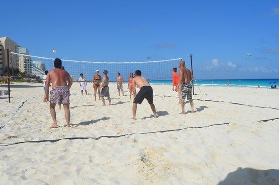 Live Aqua Cancun All Inclusive: Volleyball Activites