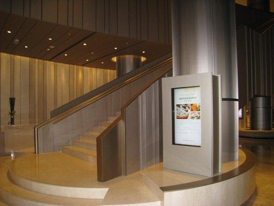 Hotel Nikko Saigon: ロビーから2階レストランに向かう階段