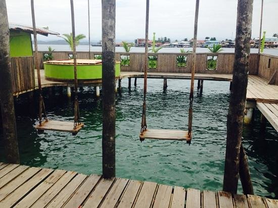 Aqua Lounge Bar & Hostel: swings into the water. the trampoline was out of service.