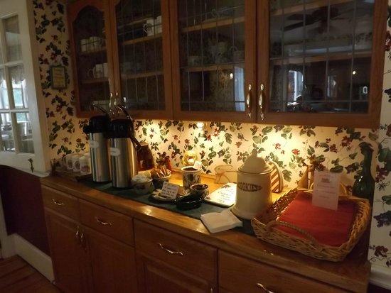 The Cabernet Inn : homemade cookies, coffee and tea area