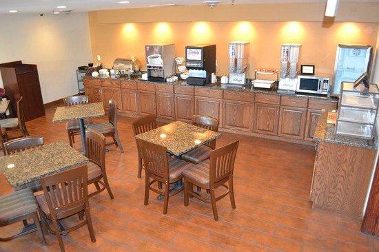 BEST WESTERN PLUS Fort Wayne Inn & Suites North : Complimentary Hot Breakfast Bar