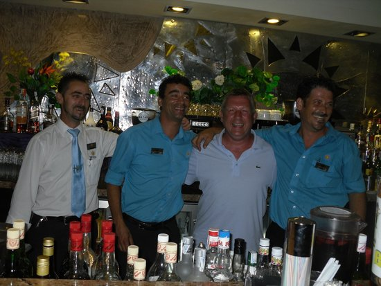 Sandos Monaco Beach Hotel & Spa: Friendly bar staff pic taken with me