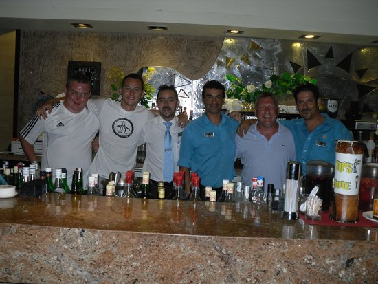 Sandos Monaco Beach Hotel & Spa: Friendly Bar staff had pic taken with us