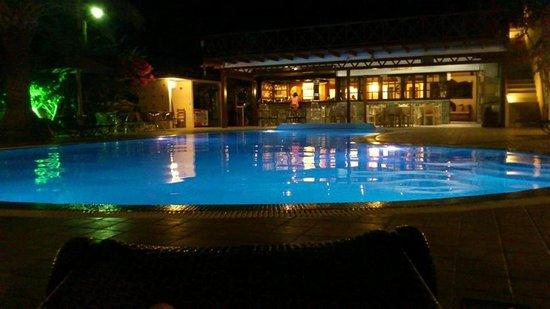 Smaragdi Hotel : pool at night