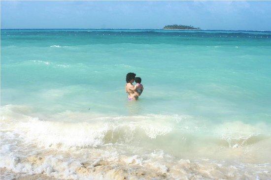 Decameron Isleño: Increíble el mar. Allá lejos, el cayo Johnny Cay