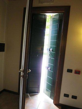 Agriturismo Ca' Danieli: Light excluding door shutters