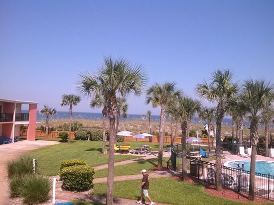 Seahorse Oceanfront Inn: Another area of the pool