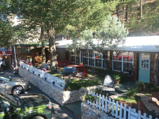 Sitzmark Chalet Inn: Gas grills, picnic tables, and swings!