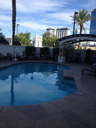 Las Vegas Marriott: Pool area, small well cared for and shaded during July until noon